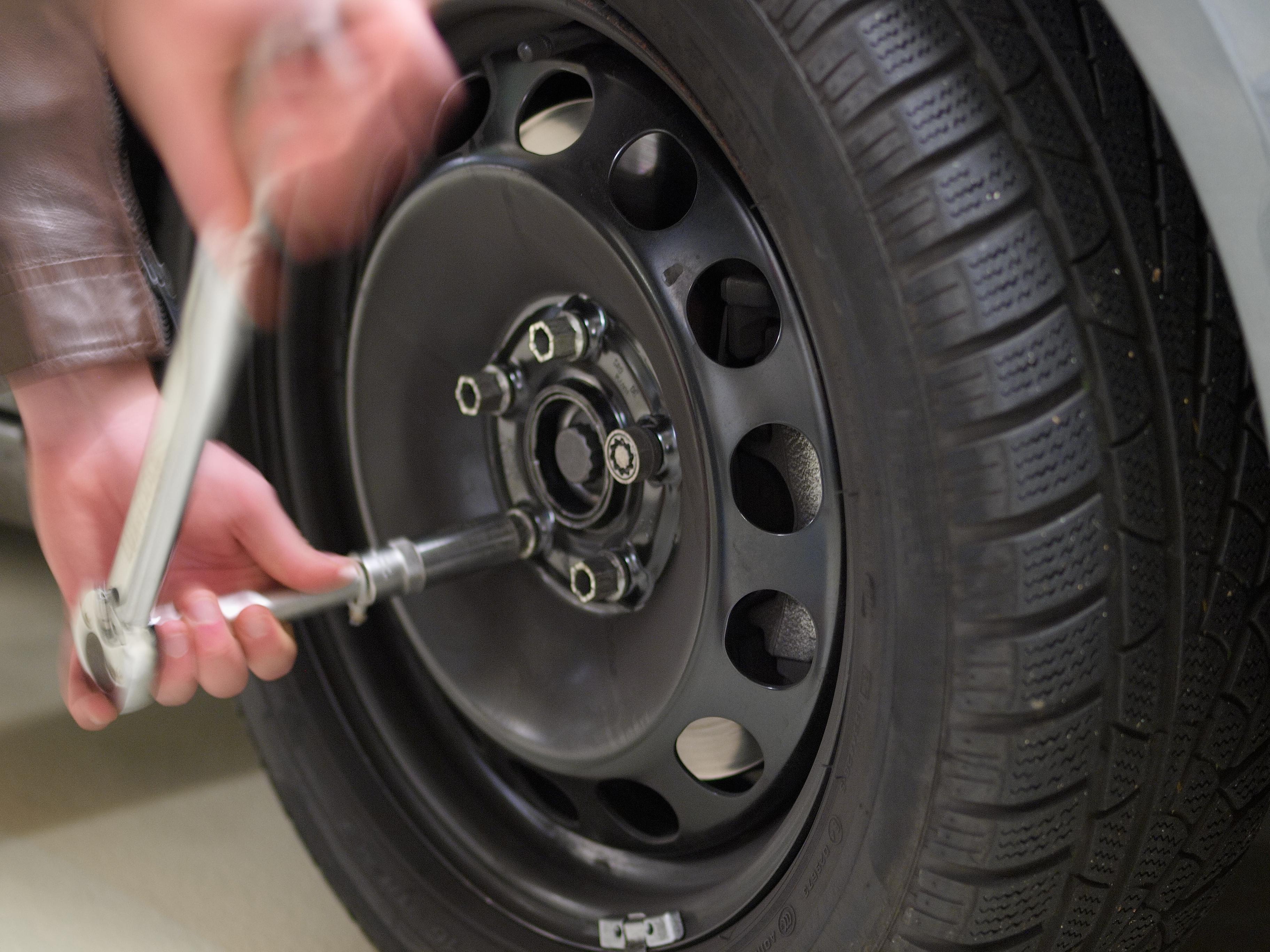 Drehmomentschlüssel beim Reifenwechseln
